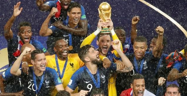 שחקני נבחרת צרפת מניפים את גביע העולם (רויטרס)
