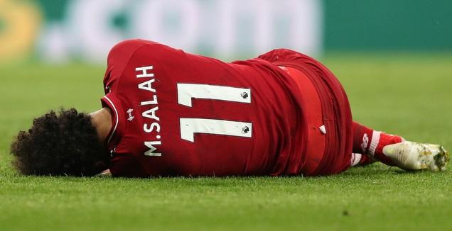 מוחמד סלאח שוכב על הדשא (רויטרס)