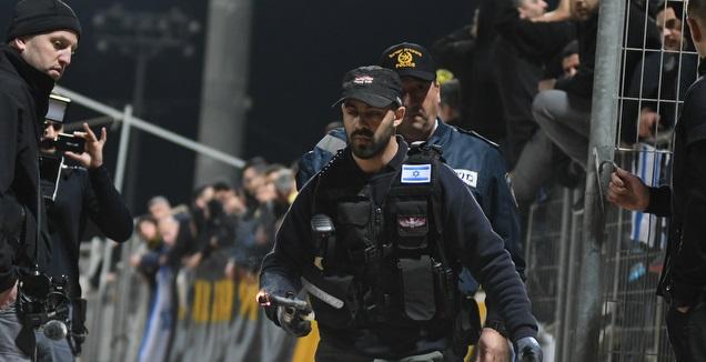 שוטר מוציא האבוקה מהיציע (עמרי שטיין)