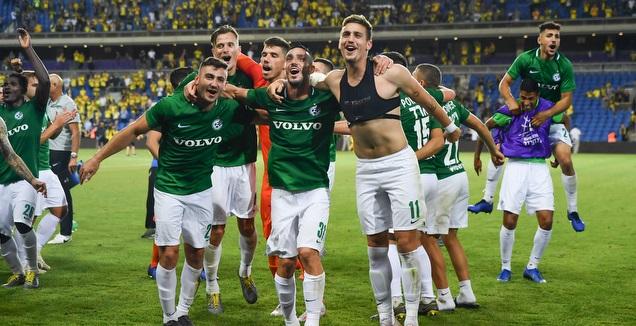 צפו: שחקני מכבי חיפה חגגו בחדר ההלבשה