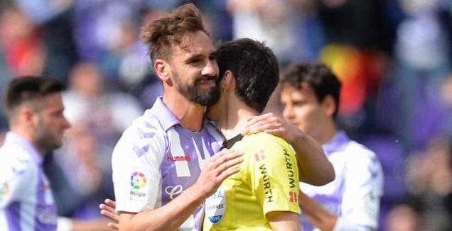 בורחה פרננדס, אחד העצורים, מתחבק עם השופט (La Liga)