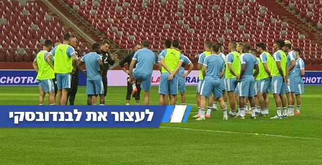 אנדי הרצוג עם שחקני נבחרת ישראל (מאור רחמני) (מערכת ONE)