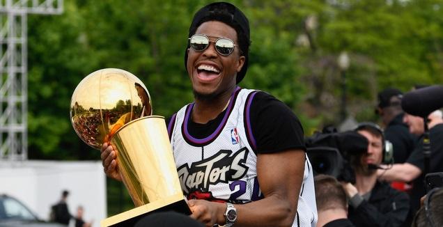 קייל לאורי עם תואר אליפות ה-NBA (רויטרס)
