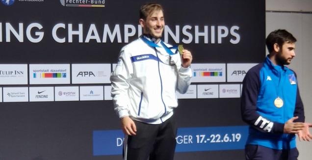 יובל פרייליך עם מדליית הזהב (איגוד הסיוף)
