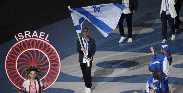 מישה זילברמן עם דגל ישראל (צילום: עמית שיסל, באדיבות הוועד האולימפי בישראל)