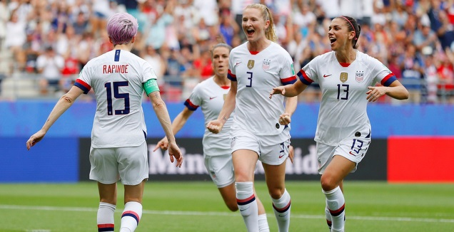 שחקניות נבחרת ארצות הברית חוגגות (רויטרס)