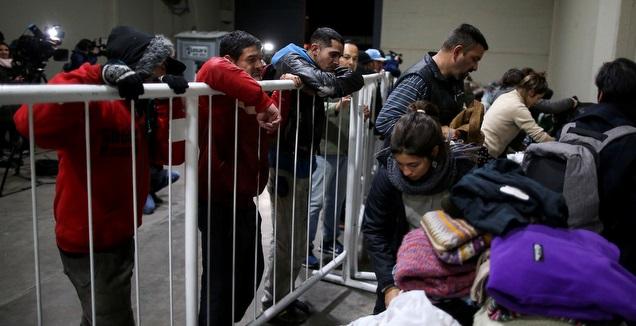 אנשים לוקחים תרומות של בגדים מהאצטדיון של ריבר (רויטרס)