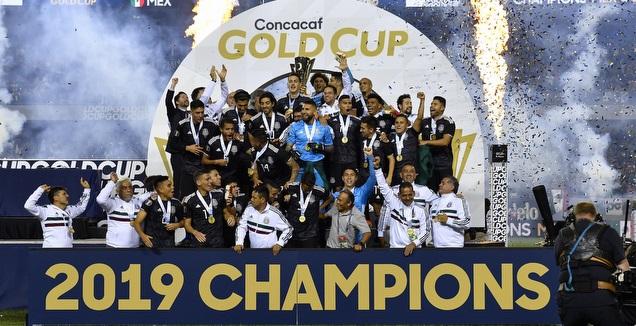 שחקני מקסיקו מניפים את הגביע (רויטרס)