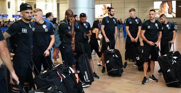 שחקני קריית שמונה בנמל התעופה (חגי מיכאלי)