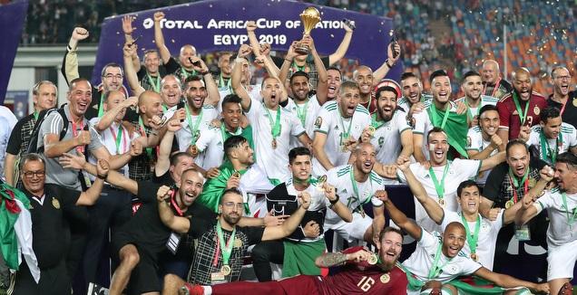 שחקני אלג'יריה מניפים את הגביע (רויטרס)