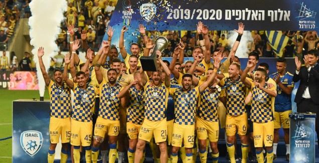 שחקני מכבי תל אביב עם גביע אלוף האלופים (נעם מורנו)
