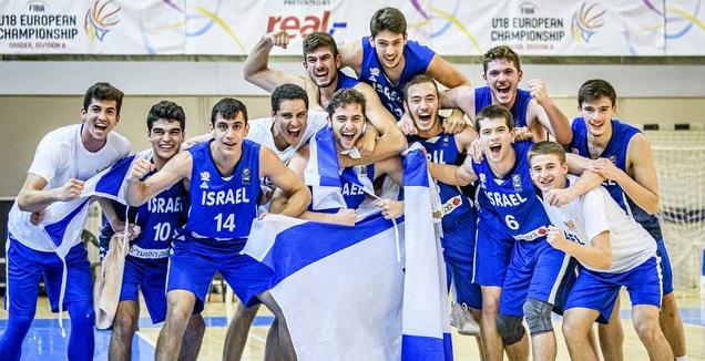 שחקני נבחרת הנוער חוגגים (FIBA)