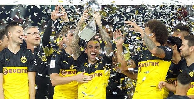 פאקו אלקאסר מניף את גביע הסופרקאפ הגרמני (רויטרס)