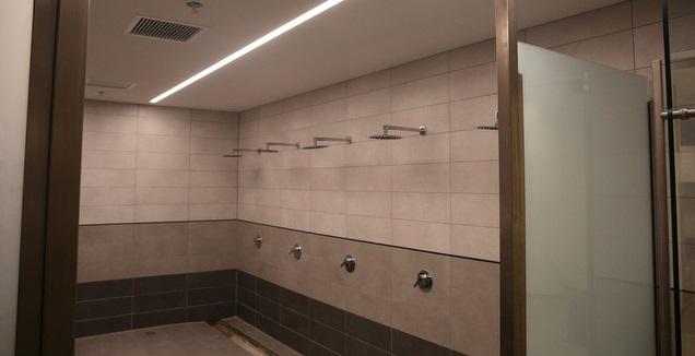 מקלחות בחדרי ההלבשה בבלומפילד (שחר גרוס)