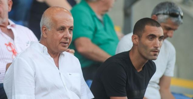 עומר גולן עם אבי לוזון ביציע (אחמד מוררה)