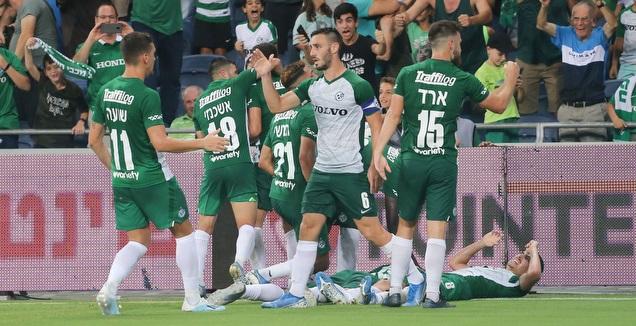 שחקני מכבי חיפה חוגגים עם ניקיטה רוקאביצה (עמית מצפה)