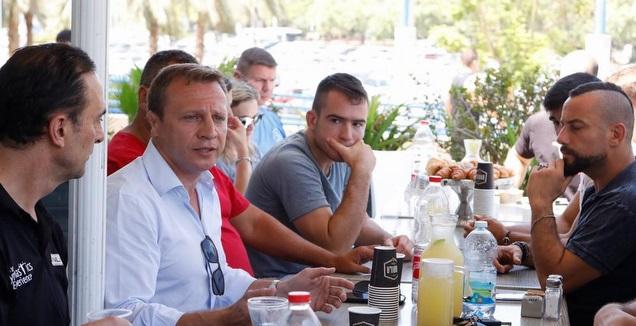 יואל רזבוזוב משוחח עם אנשי הספורט (מערכת ONE)