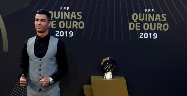 כריסטיאנו רונאלדו עם הפרס (רויטרס)