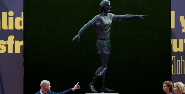 ג'ורדי קרויף לצד פסלו של יוהאן קרויף (רויטרס)