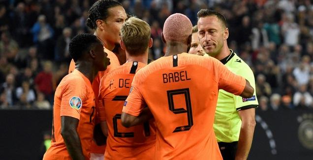 שחקני הולנד מקיפים את השופט (רויטרס)