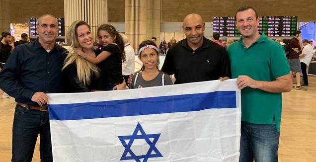 אמרסון ומשפחתו מימין בירוק, מאורו רוזנשיין, מנכ&qout;ל חברת mtr7 (משחק השלום)