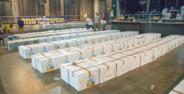 אריזת חבילות המזון (באדיבות אחים לסמל)