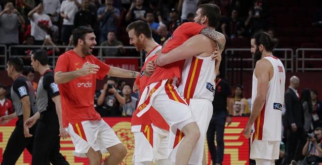 שחקני נבחרת ספרד חוגגים (רויטרס)