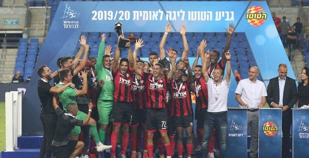 שחקני הפועל רמת גן מניפים את גביע הטוטו (שחר גרוס)