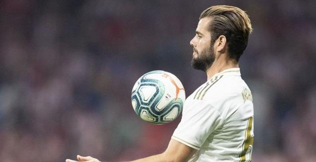 נאצ'ו פרננדס עוצר את הכדור על החזה (La Liga)