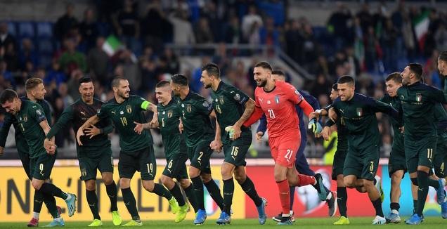 שחקני נבחרת איטליה חוגגים העפלה ליורו 2020 (רויטרס)