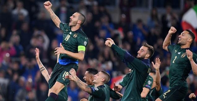 לאונרדו בונוצ'י ושחקני איטליה חוגגים העפלה ליורו (רויטרס)