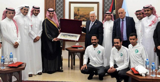 אבו מאזן בקבלת הפנים לנבחרת הסעודית (טוויטר)