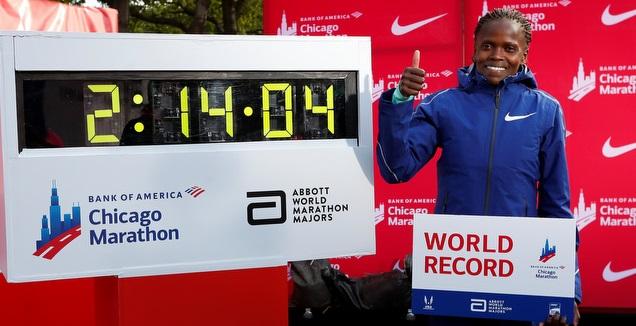 בריג'יד קוסגיי לצד שיא העולם (רויטרס)