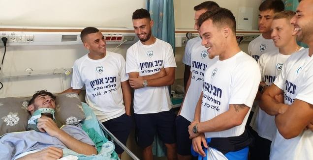 שחקני הנבחרת הצעירה מבקרים את חביב אוחיון (באדיבות ההתאחדות לכדורגל)