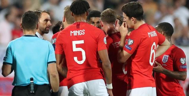 שחקני אנגליה עם סאות'גייט והשופט במהלך עצירת המשחק (רויטרס)