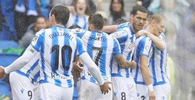 שחקני ריאל סוסיאדד חוגגים עם כריסטיאן פורטו (La Liga)