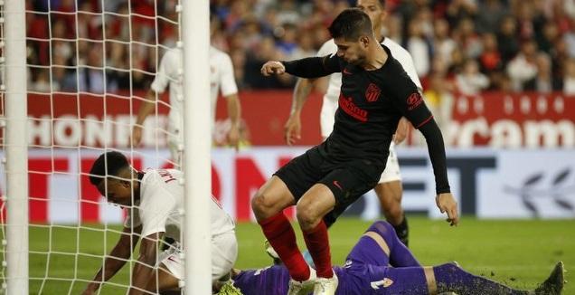 אלברו מוראטה מנסה לכבוש מול ז'ול קונדה (La Liga)