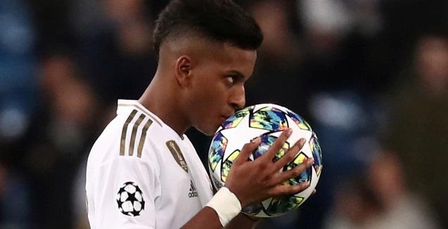 רודריגו עם הכדור שהוא לקח הביתה (רויטרס)