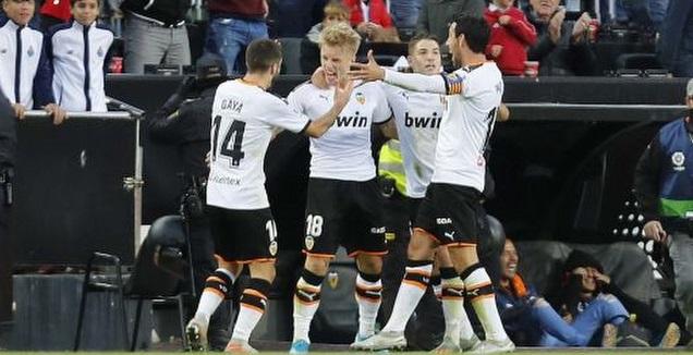 שחקני ולנסיה חוגגים עם דניאל ואס (La Liga)