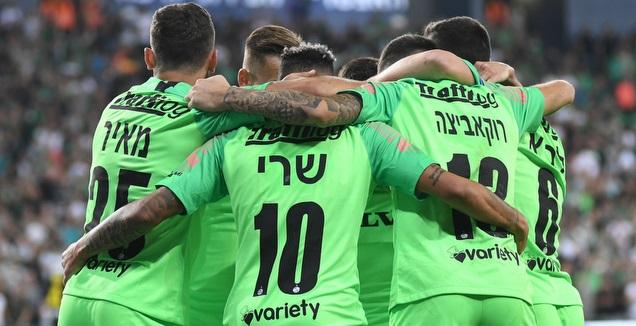 שחקני מכבי חיפה חוגגים עם רוקאביצה (עמרי שטיין)