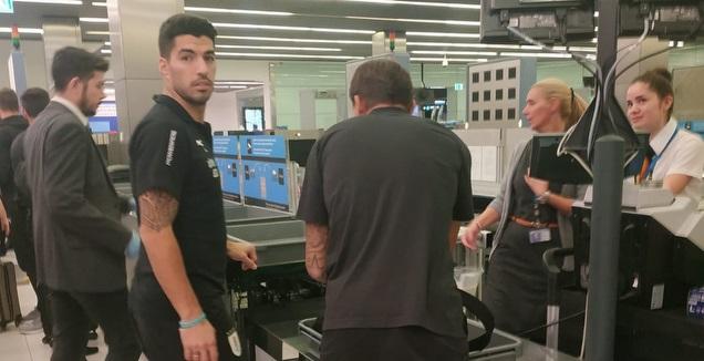 לואיס סוארס בשדה התעופה  (מערכת ONE)