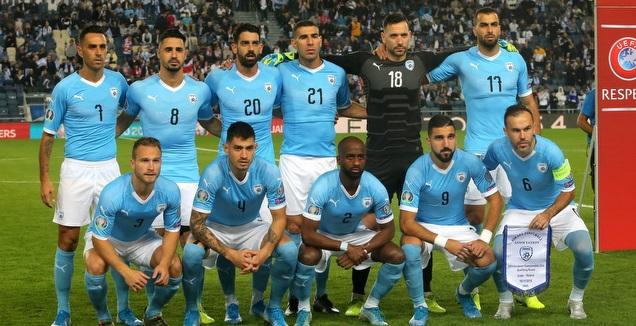 שחקני נבחרת ישראל לפני המשחק (אורן בן חקון)