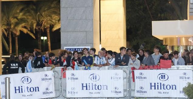 אוהדי ארגנטינה מחוץ למלון הילטון (רדאד ג'בארה)