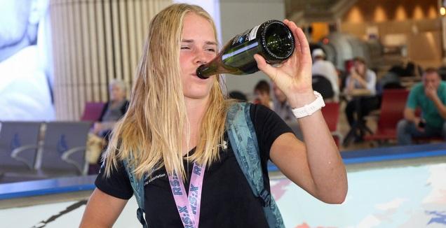 קטי ספיצ'קוב עם השמפניה (שחר גרוס)