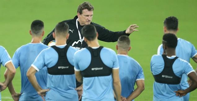 אנדי הרצוג עם שחקני נבחרת ישראל באימון (רדאד ג'בארה)