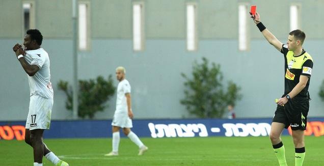 יגאל פריד שולף כרטיס אדום למוסה מאזו (שחר גרוס)