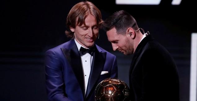 לוקה מודריץ' מעניק את כדור הזהב לליאו מסי (רויטרס)