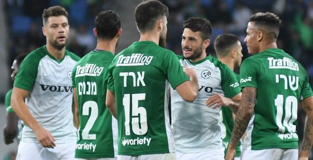 שחקני מכבי חיפה חוגגים עם יובל אשכנזי (עמרי שטיין)
