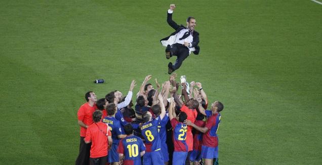 שחקני ברצלונה מניפים את פפ גווארדיולה (רויטרס)