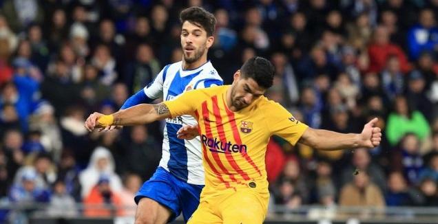 לואיס סוארס נאבק על הכדור (La Liga)